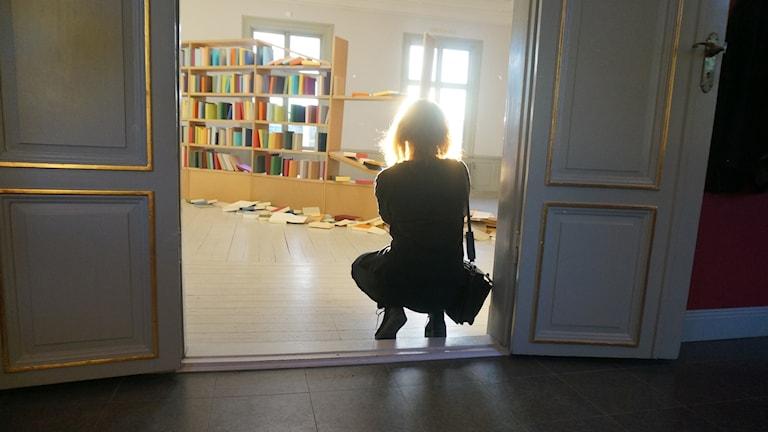 Hilla Tuominen ottaa kuvaa Suomen nykytaiteen näyttelystä Fullerstassa