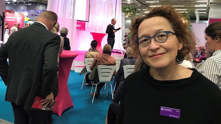 professori Anu Koivunen näyttämölle menossa Göteborgin kirjamessuilla