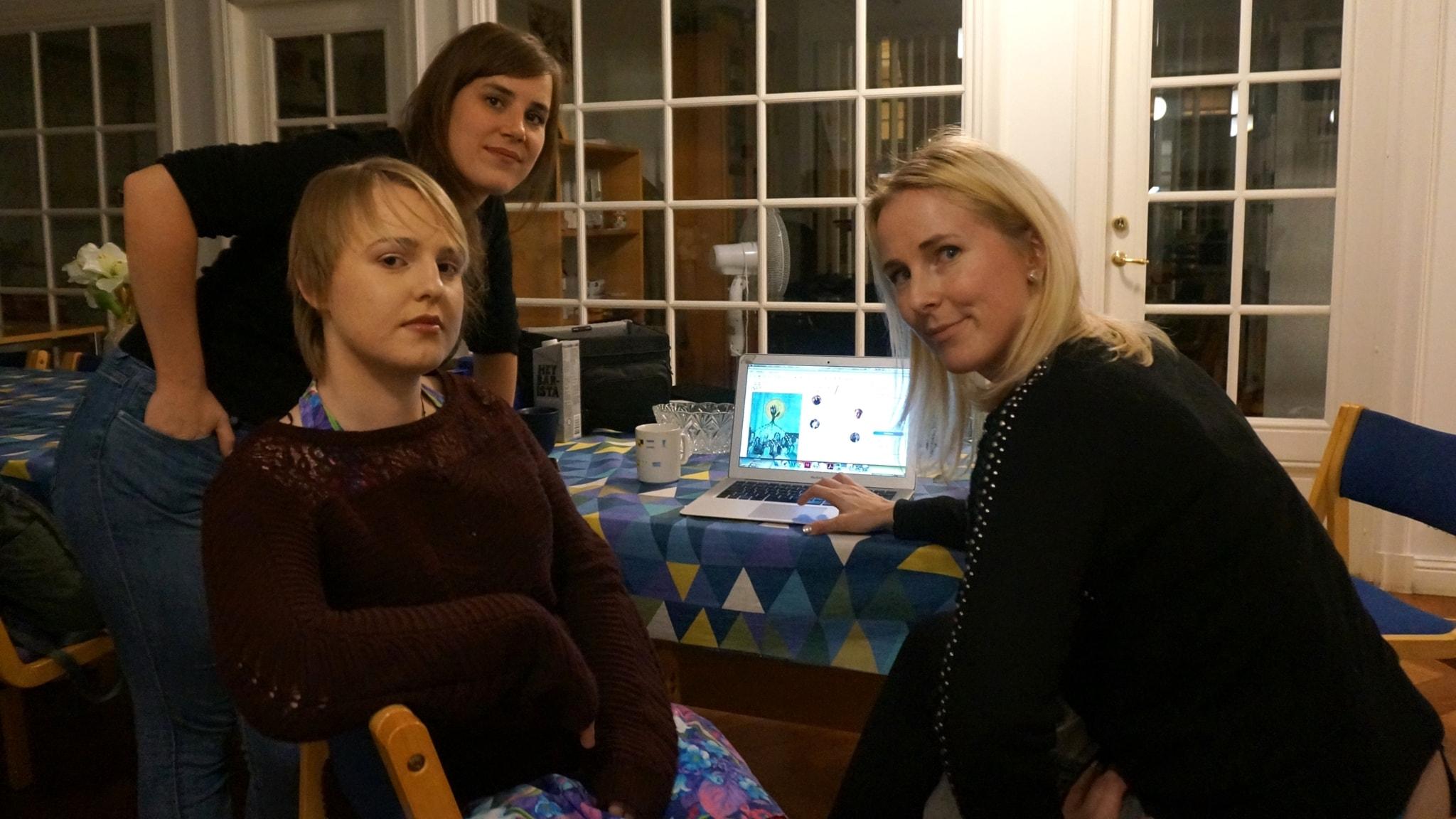 Venla Odenbalk, AJ Turtiainen ja Silja Levander miettivät kielen roolia elämässään.
