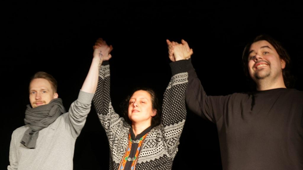 Voittoon lavalla. Pekka Tuppurainen, Katarina Rodopoulos ja Kimmo Tetri