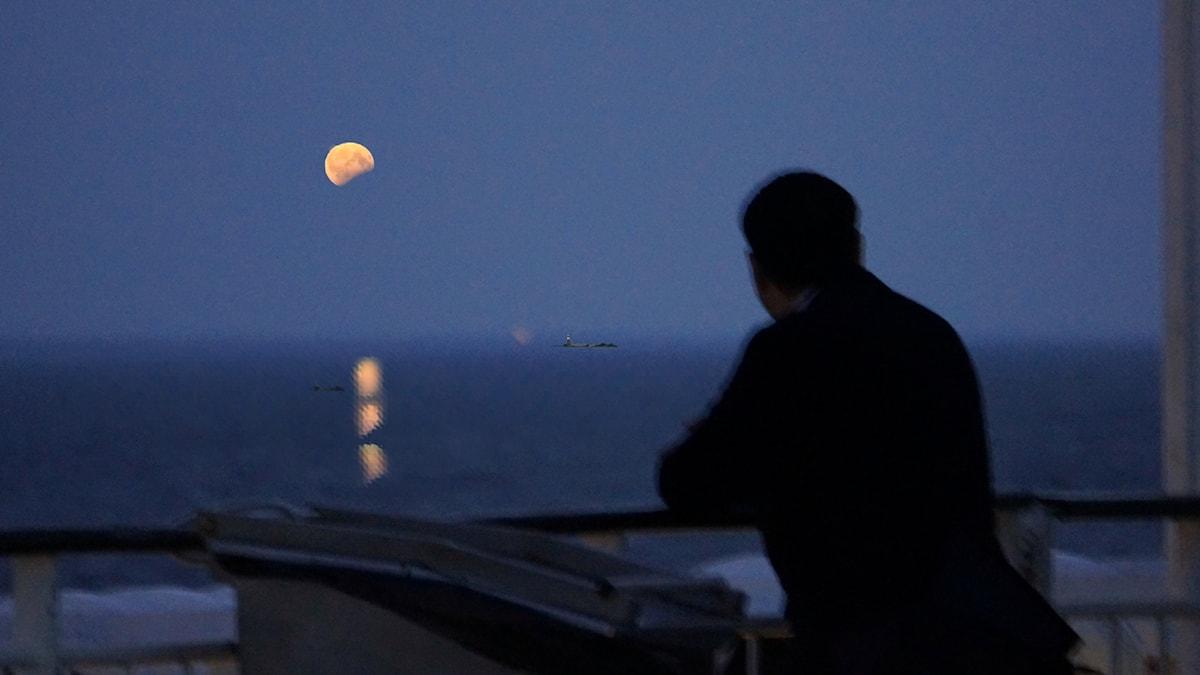 Kuu meren yllä.