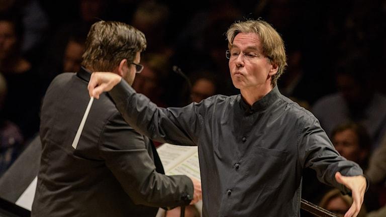 Esa-Pekka Salonen johtaa orkesteria.