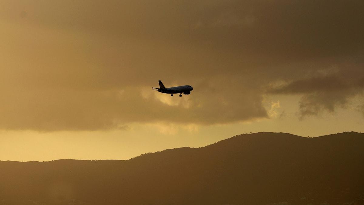 Ett flygplan försvinner i fjärran
