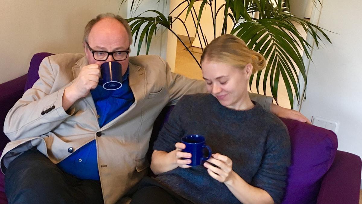 Jorma Ikäheimo ja Matilda Peltonen kahvittelevat.