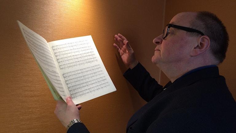 Oppiiko Jorma Ikäheimoa laulamaan? Se selviää Sisuradion Iltapäivässä. Foto: Niki Bergman/Sveriges radio Sisuradio