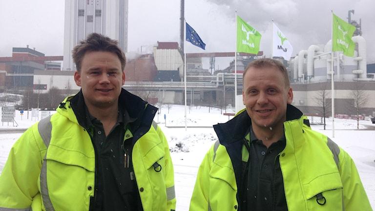 Tuukka Korpela ja Ari Puska lumisateessa työvaatteissa Husumin tehtaan edustalla