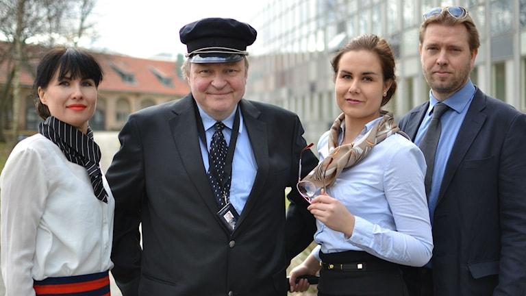 Iltapäivän tiimi pukeutuneena lentohenkilökunnaksi.