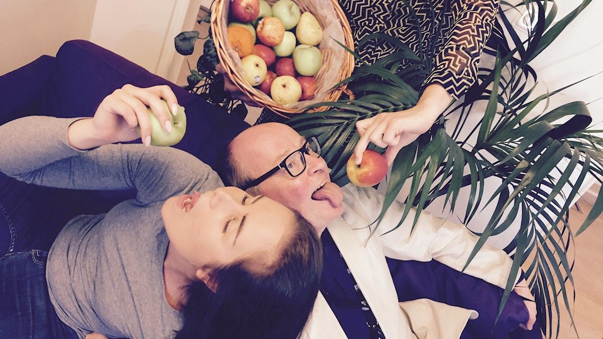 Jorma ja Marika elostelevat hedelmillä