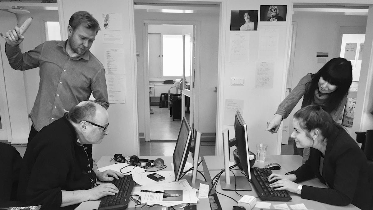 Taneli painostaa Jormaa ja Hanna Marikaa suorittamaan entistä tehokkaammin työtehtävänsä.