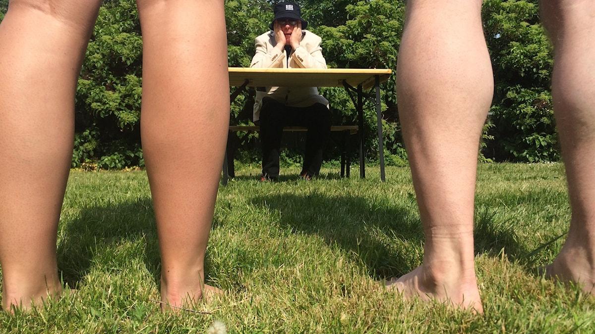 Alastomat jalat puistossa