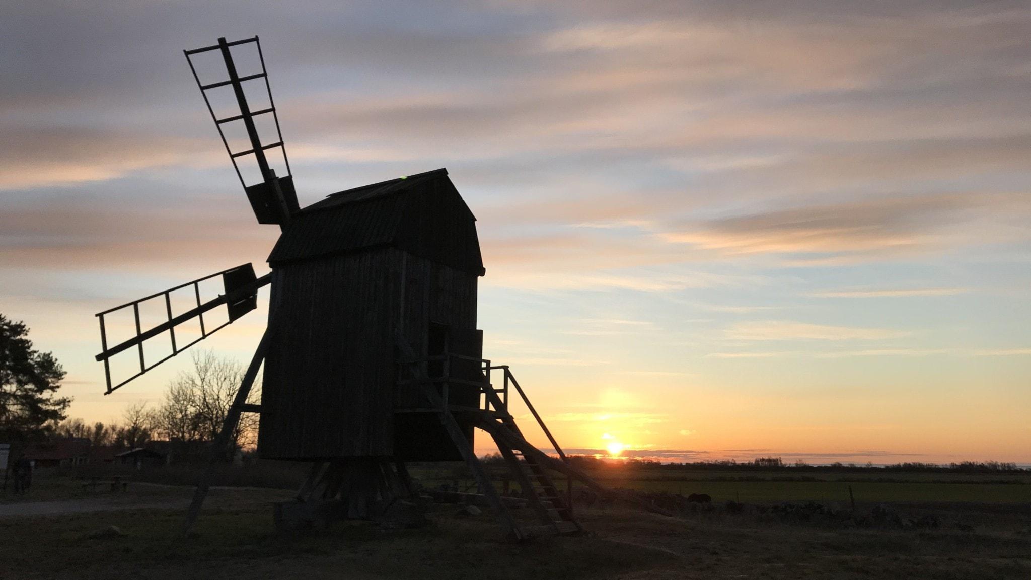 Väderkvarn i soluppgång