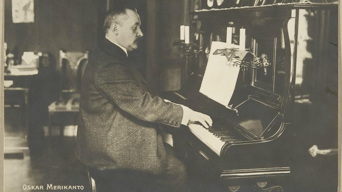 Oskar Merikanto soittaa pianoa.
