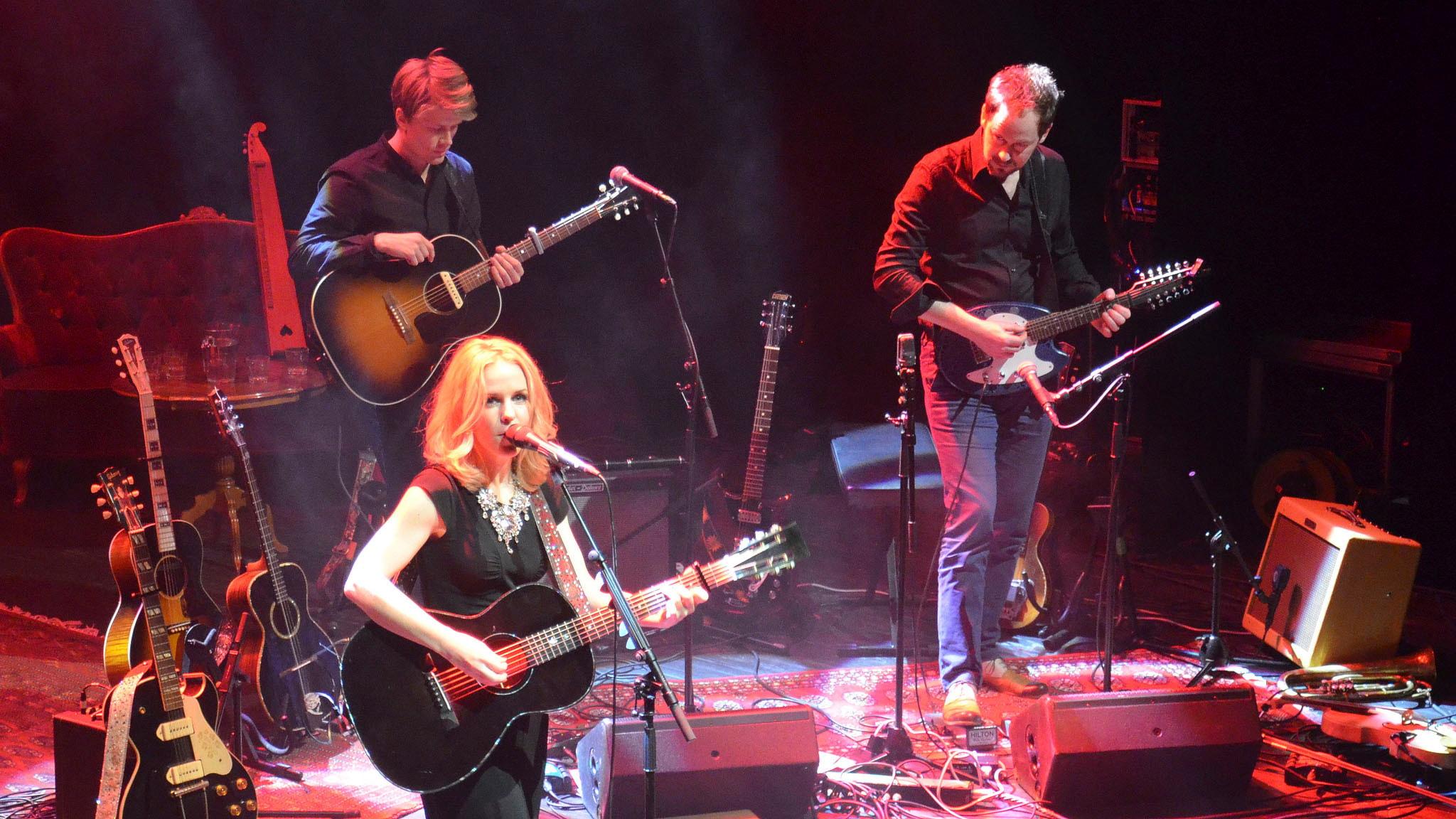 Sofia Karlsson med sina musiker från Storans Scen i Göteborg. Foto: Anders Jernquist/Sveriges Radio