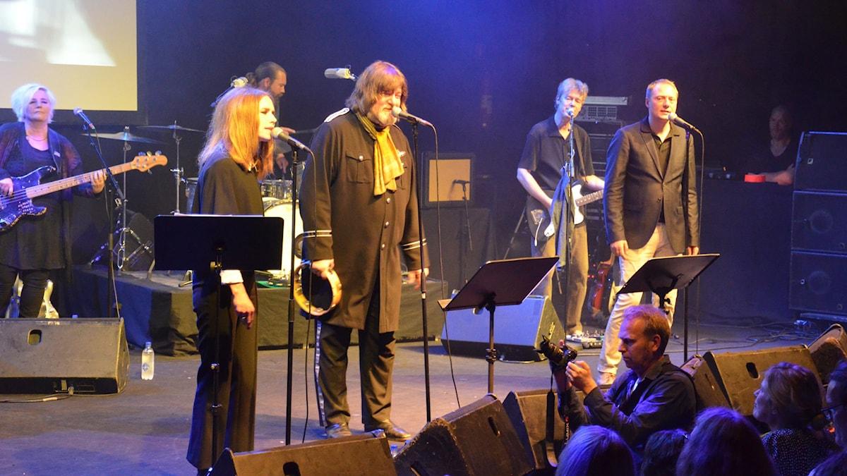 Nina Persson, Ebbot Lundberg samt Magnus Carlson framför låtar ur Velvet Undergrounds repertoar. Foto: Anders Jernquist/SR