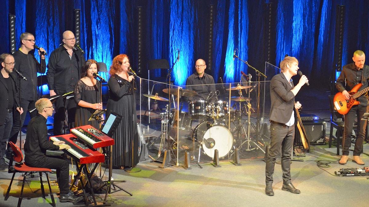 En kör och orkester framförde Ted och Kenneth Gärdestads låtar i Berwaldhallen. Foto: Anders Jernquist/SR