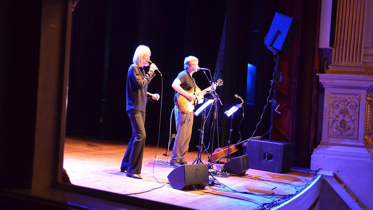 CajsaStina med gitarristen Peter Kvint från Kalmar Teater. Foto: Anders Jernquist/Sveriges Radio