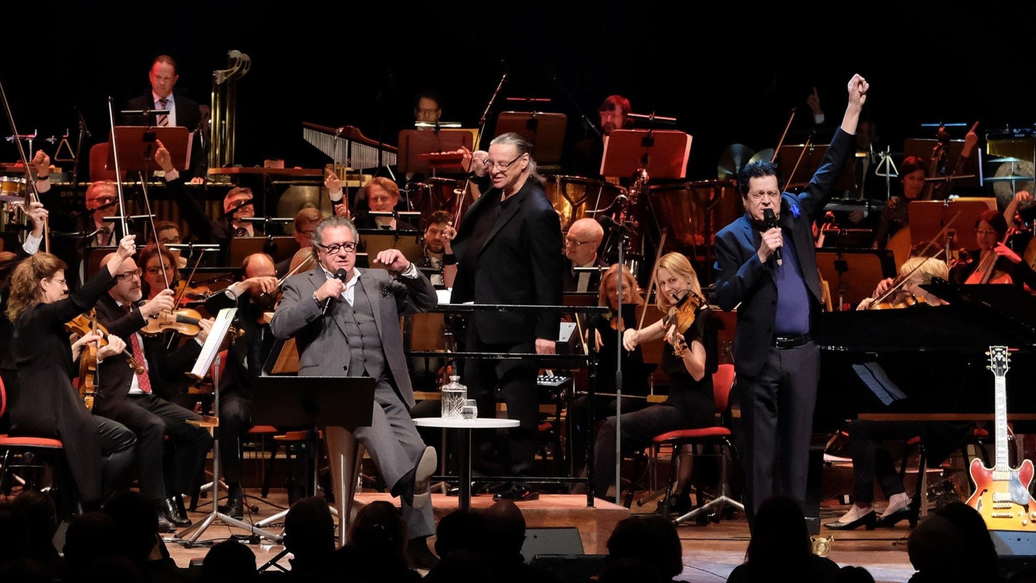 Anders Eljas dirigerar konserten i Berwaldhallen.