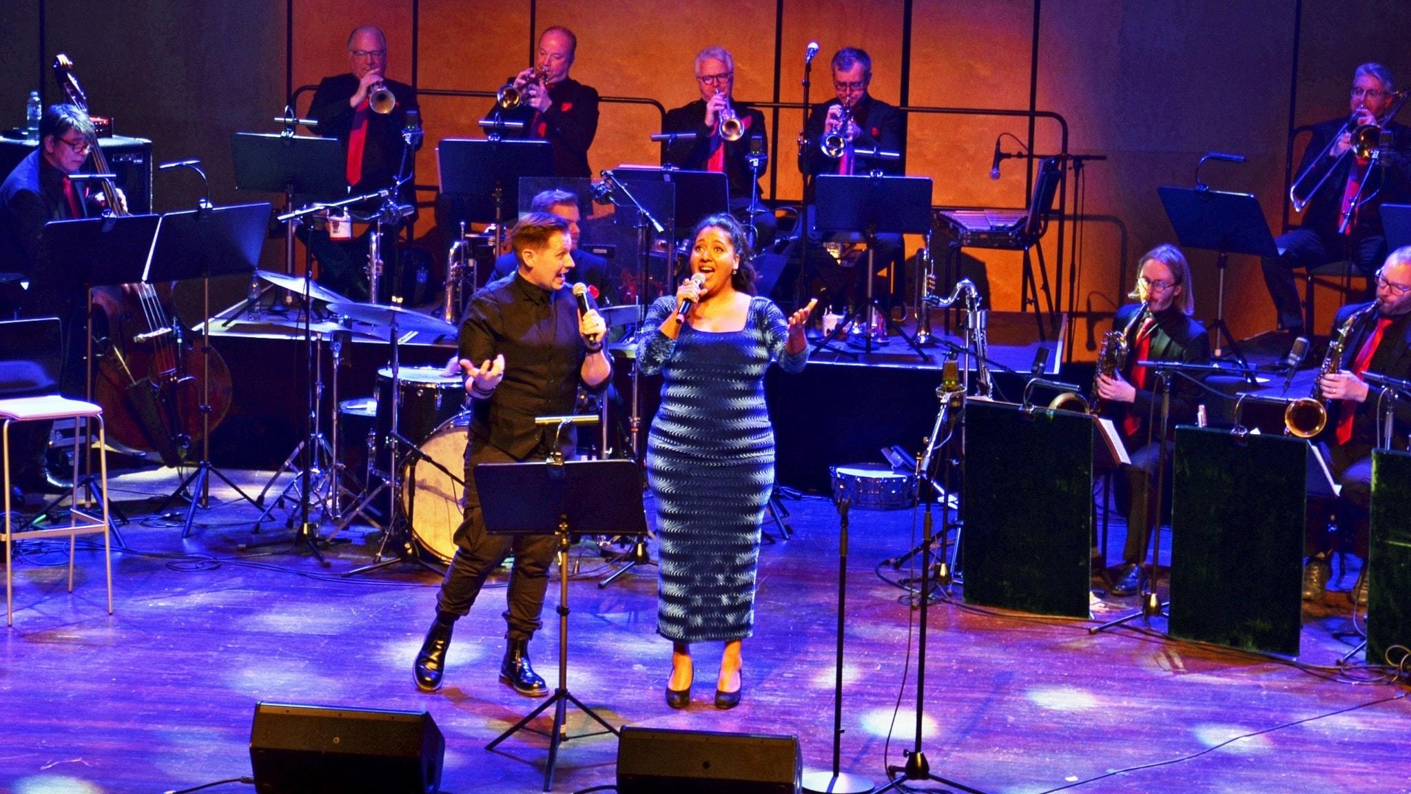 Samuel Ljungblahd och Kristin Amparo tillsammans med Bohuslän Big Band.