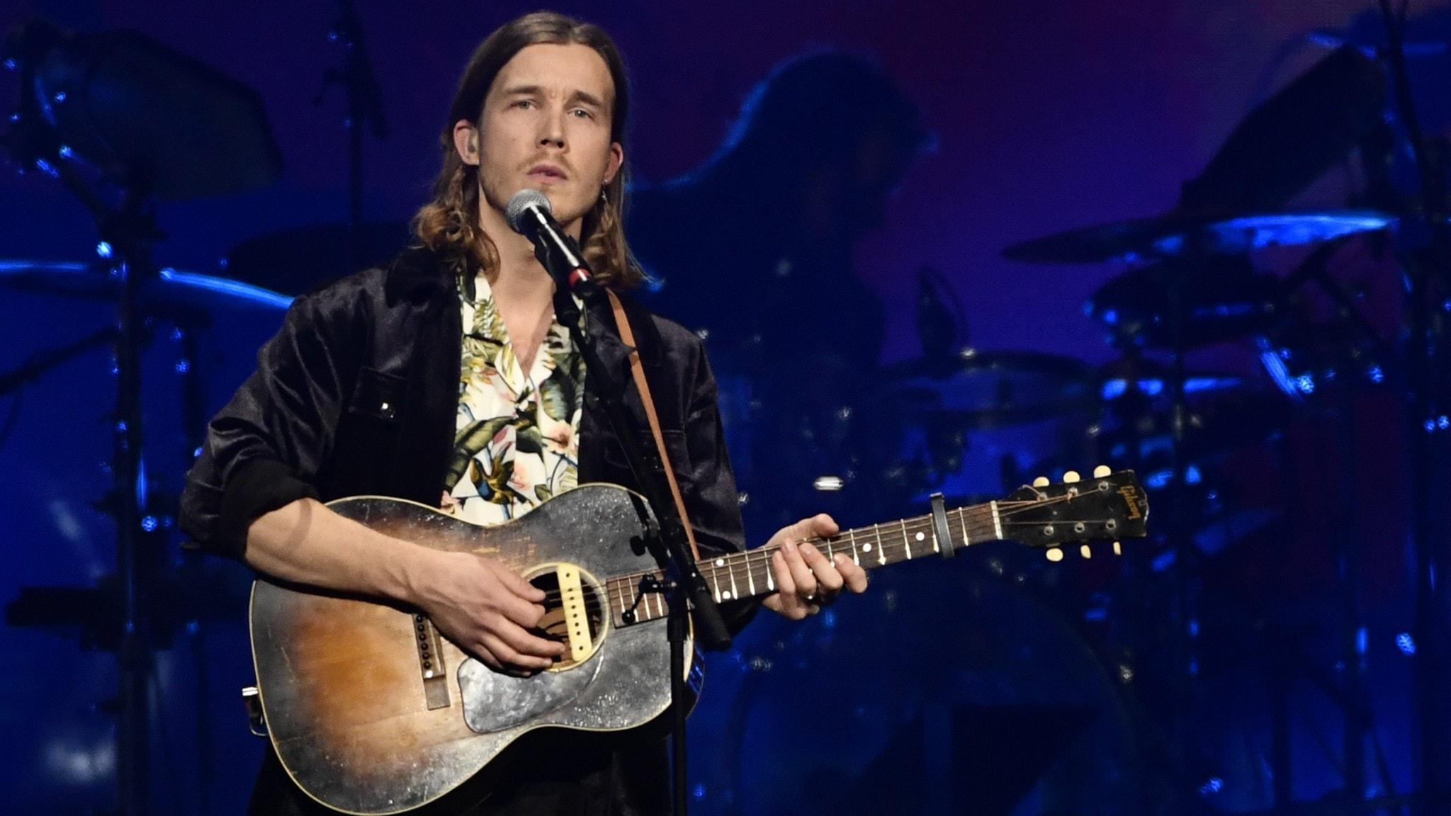 """Andreas Moe framför bland annat Avicii-låten """"Fade Into Darkness"""" i P4 Live från Musikplats Stockholm."""