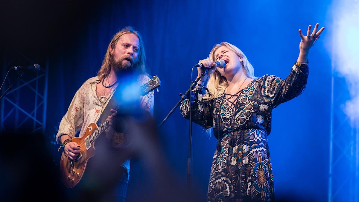 Matte Gustafsson och Lisa Lystam från scenen på Sweden Rock.