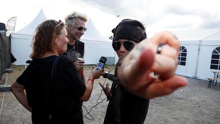Linda Thulin intervjuar Sixx: AM bestånde av sångaren James Michael, basisten Nikki Sixx (skymd) och gitarristen DJ Ashba.