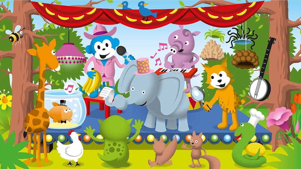 Radioapan står på en scen och presenterar alla djuren som ska uppträda. Guldfisken Bubbel har hatt och visslar under vattnet, elefanten Allan håller i en kom-ihåg-lapp och tapiren Emmot spelar synth. I publiken syns blandade djur. Bild: Patrik Lindvall