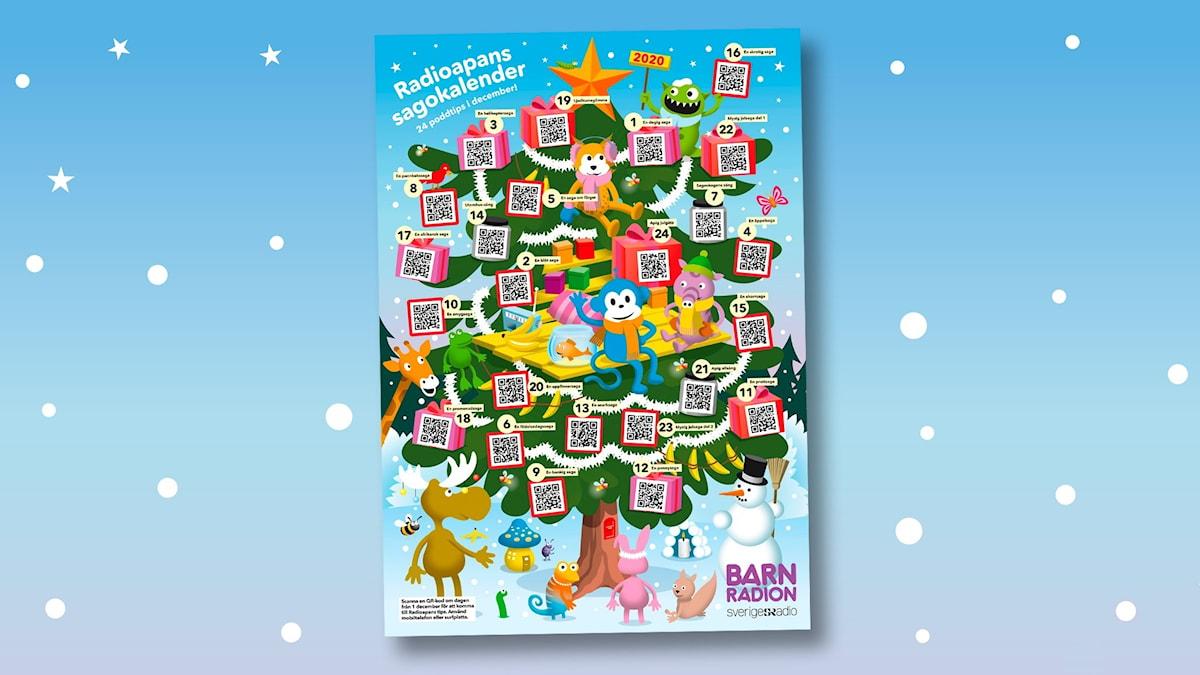 En bild på Radioapans sagokalender där Radioapan sitter i en stor julgran tillsammans med alla djuren från Sagoskogen. Här och där i bilden finns QR-koder att scanna in med en mobiltelefon eller surfplatta. Bild: Patrik Lindvall och Ingrid Flygare