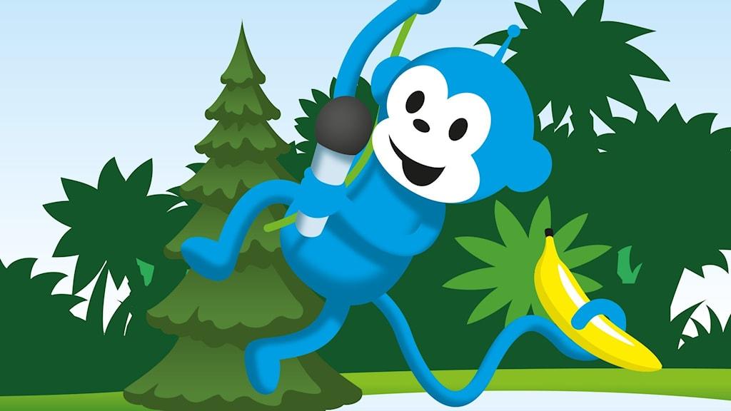 Radioapan svingar sig i en lian över Sagoskogen, med en mikrofon i ena handen och en banan i svansen.