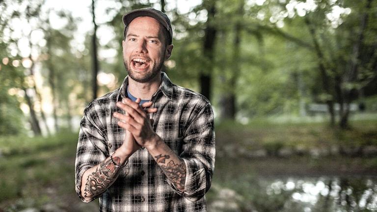 Sverige har 290 kommuner och på åtta veckor ska Rasmus Persson försöka färdas genom allihop.