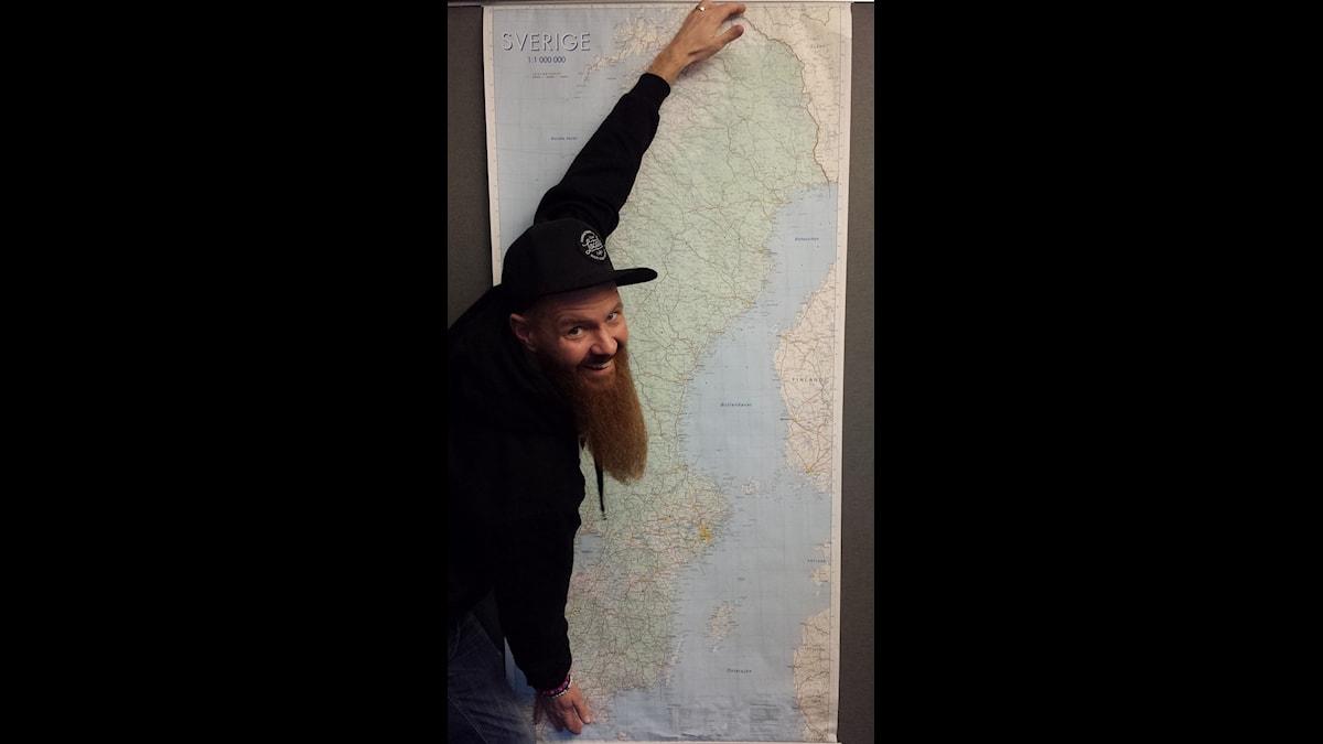 Christer Lundberg vid karta