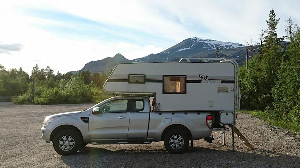 Husvagn framför bergstopp