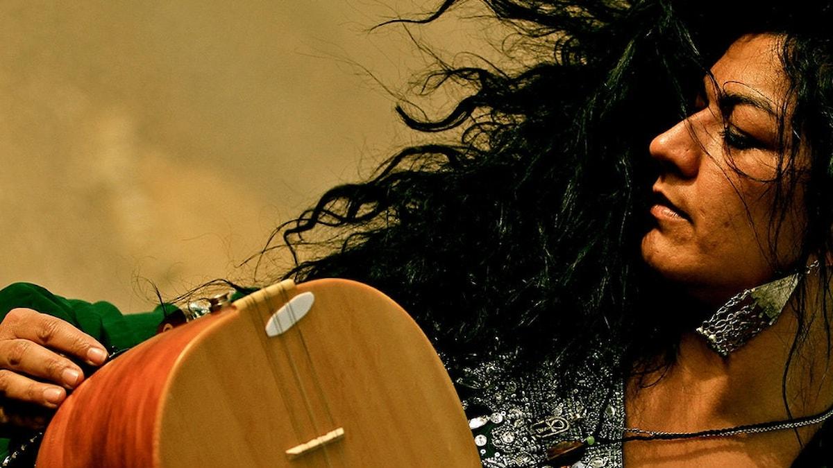 Saz-spelare och sångerskan Nadin Al Khalidi. Foto: nadin.se