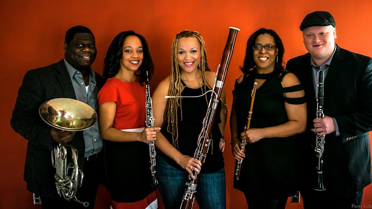 Blåskvintetten Imani Winds. Fagottisten Monica Ellis står i mitten. Foto: Pierre Lidar