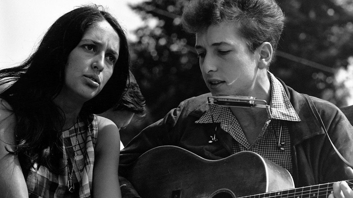 Joan Baez och Bob Dylan. Foto: Wikimedia Commons