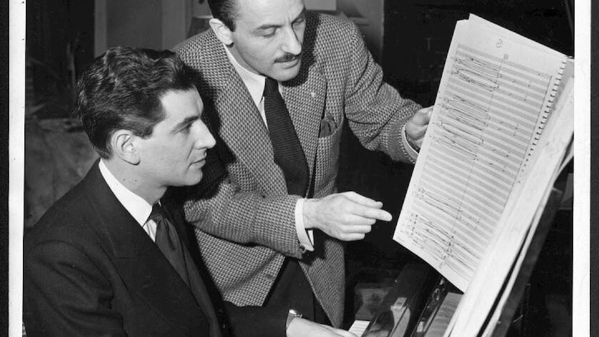 Tonsättaren Marc Blitzstein och dirigenten och tonsättaren Leonard Bernstein är älskande. Marc Blitzstein mördas i ett hatbrott 1964.