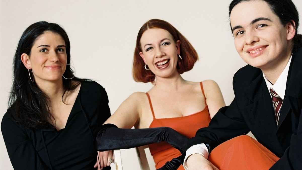 Slagverksvikarien i Wienfilharmonikerna, Margit Schoberleitner, t h, spelar i sångerskan Katrin Weber Trio med Ilse Riedler, t v, på saxofon. Foto: KWTPresse.