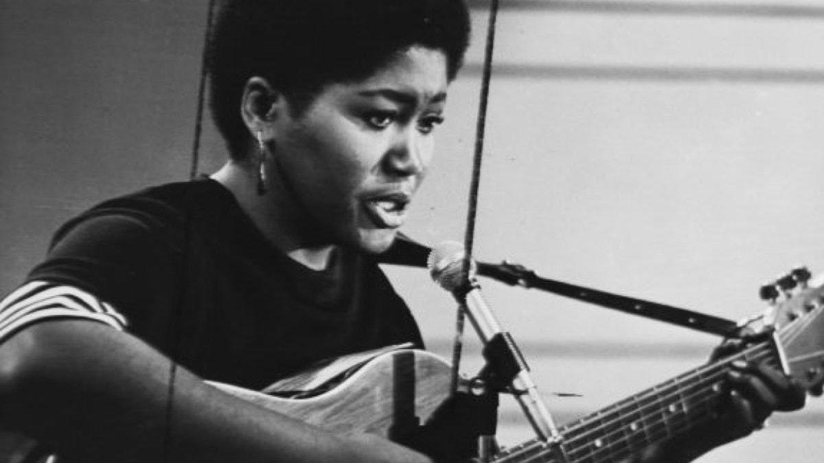 Singer/songwritern och gitarristen Odetta Holmes, en av Bob Dylans förebilder. Foto: Public domain