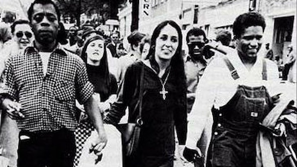 Öppet homosexuelle författaren James Baldwin, singer  songwritern Joan Baez och medborgarrättsledaren James Forman i en demonstration i Albama 1965.