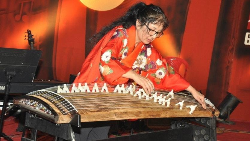 Koto - Gudarnas orakel - flera tusen år gammalt instrument. Två musiker, två kvinnor, två nationer.