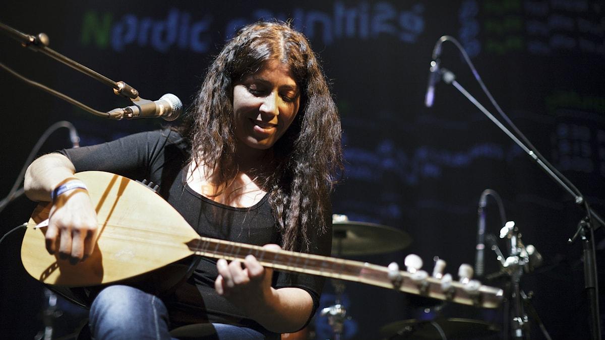 Saz-spelaren och sångerskan Mizgin flydde från turkiska Kurdistan. Foto: Jacob Crawfurd.
