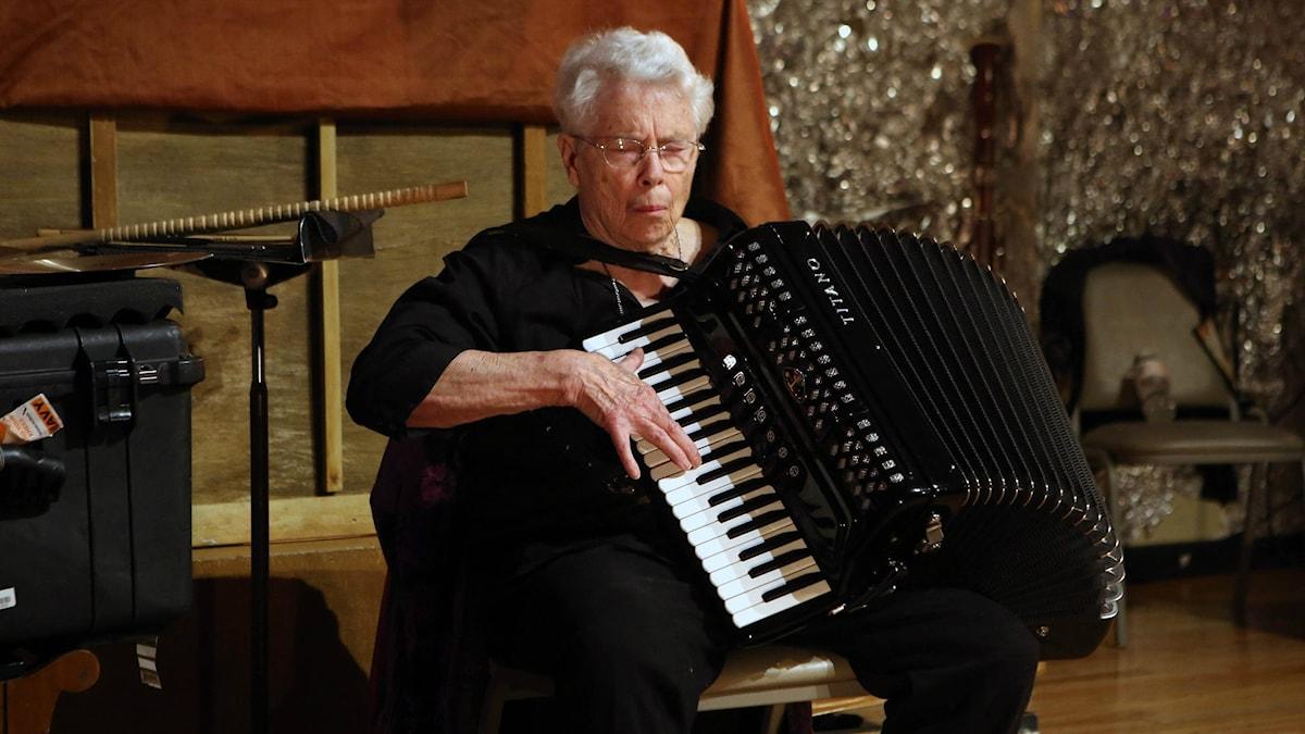 Elektronmusikpionjären, accordeonisten och kompositören Pauline Oliveros. Foto: paulineoliveros.us