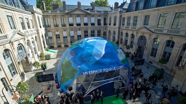 Kupol målad som Jorden placerad på borggård. Foto: Michel Euler/TT.