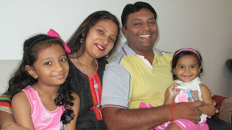 Familjen Vyas - pappa Vivek, mamma Minal, nioåriga Omika och tvååriga Aradhya. Foto: Anders Wennersten/Sveriges Radio.