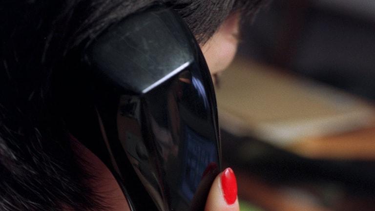 Kvinna talar i telefon. Foto: JanErik Henriksson/TT