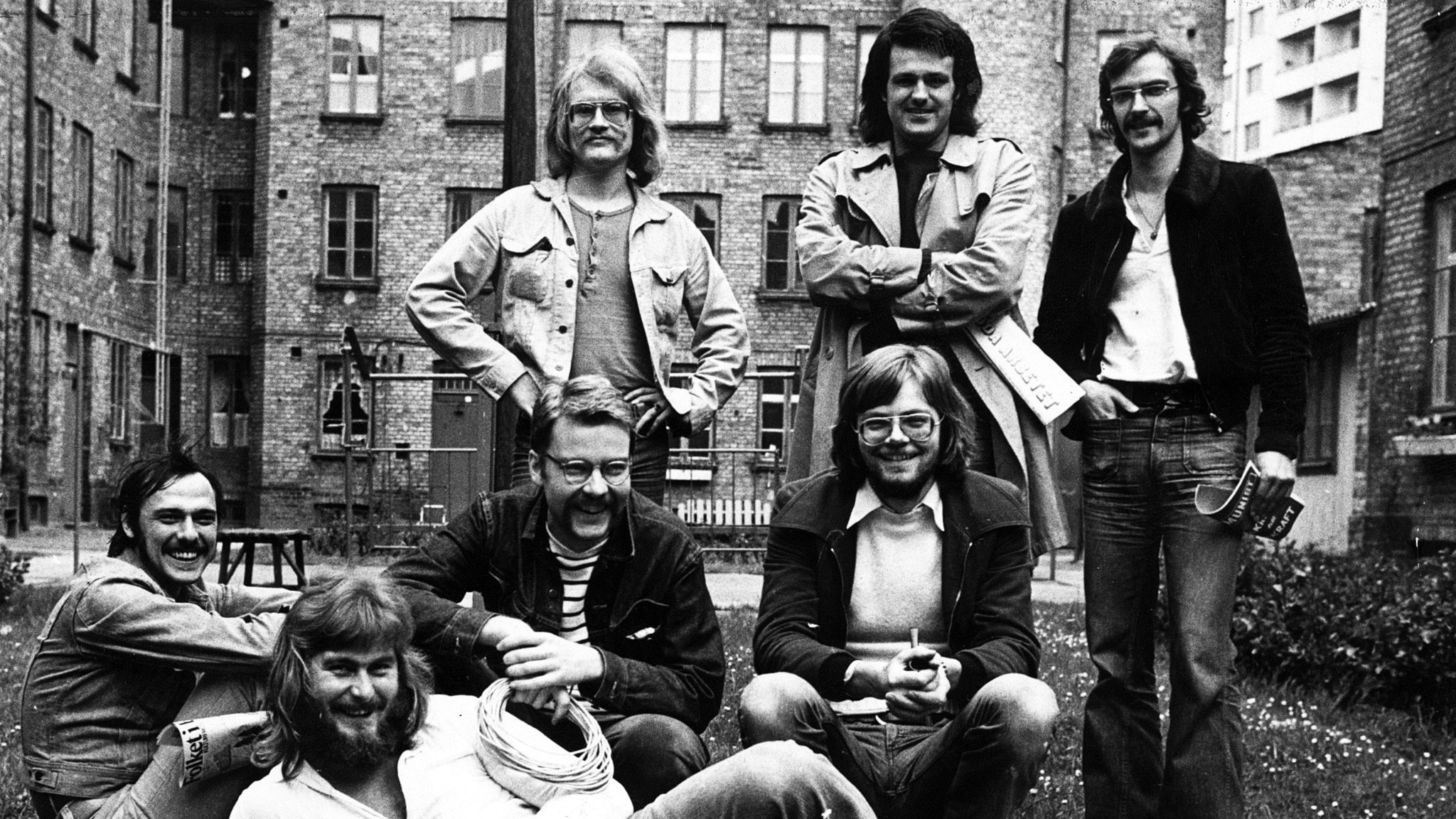 Hoola Bandoola Band med förgrundsfigurerna Björn Afzelius( längst till höger) och Mikael Wiehe (sittande i mitten) Övriga medlemmar: Peter Clemmedson, Povel Randén, Arne Franck, Per-Ove Kellgren och Håkan Skytte. Från 1973.