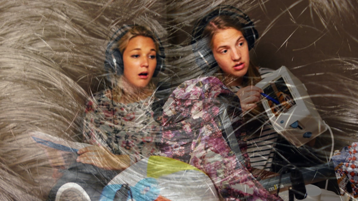 Anna och Elin täckta av hår