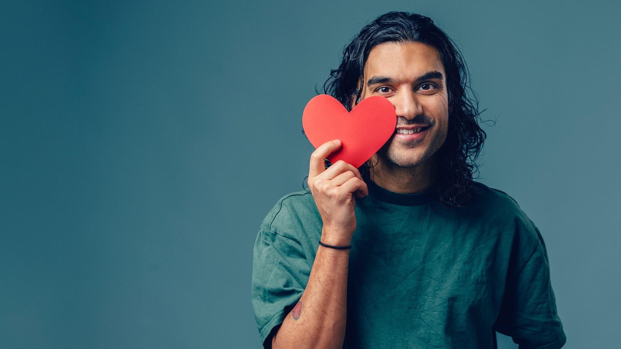 Farzad håller i ett hjärta. Foto: Alexander Donka