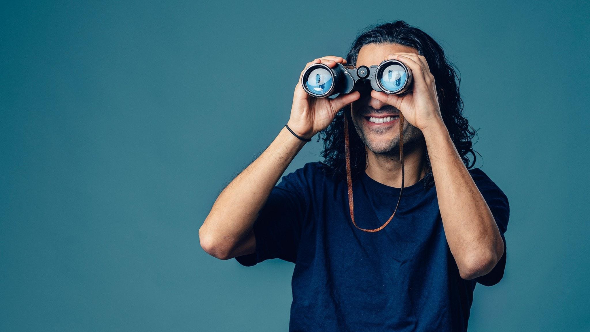 Farzad spanar i en kikare. Foto: Alexander Donka