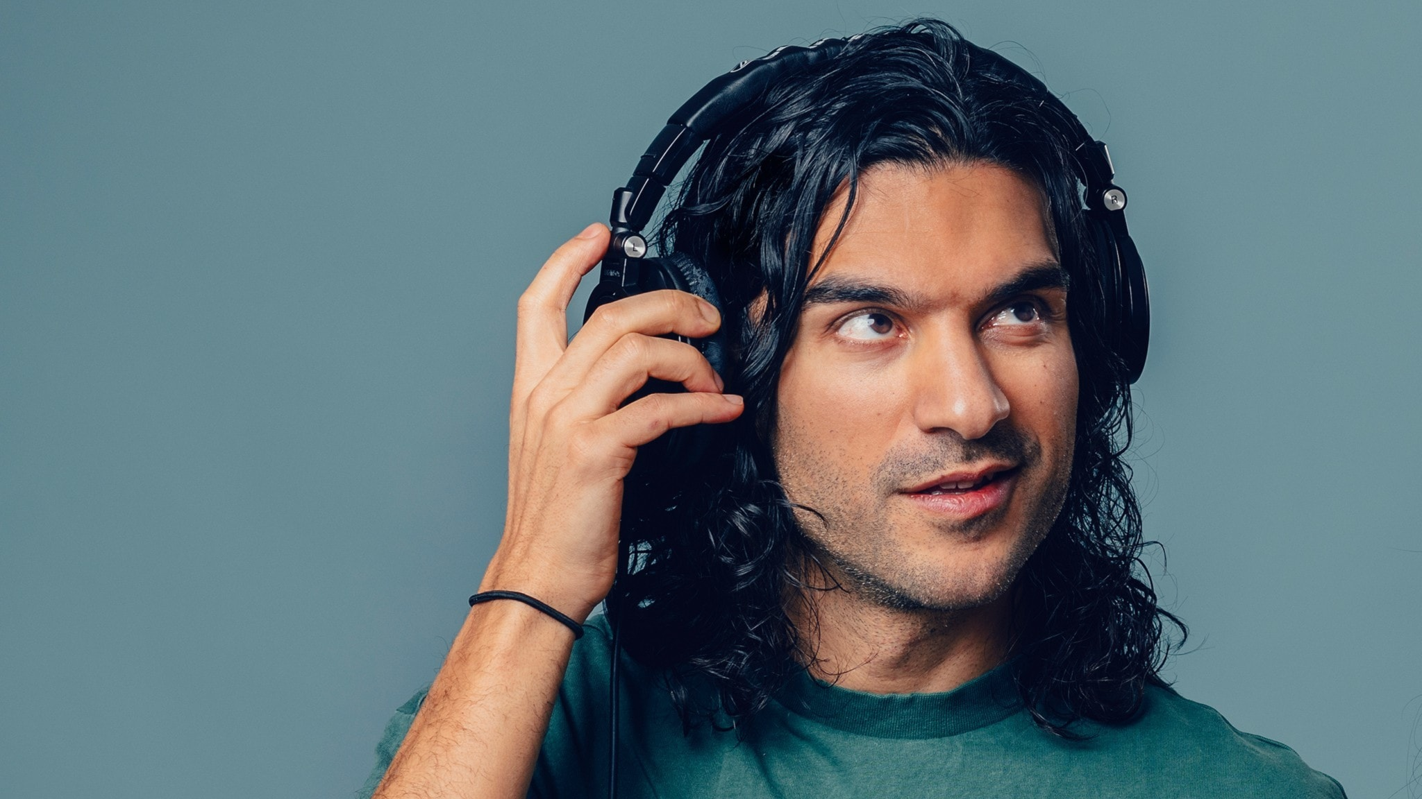 Farzad Farzaneh i Barnmorgon lyssnar i sina hörlurar. Foto: Alexander Donka