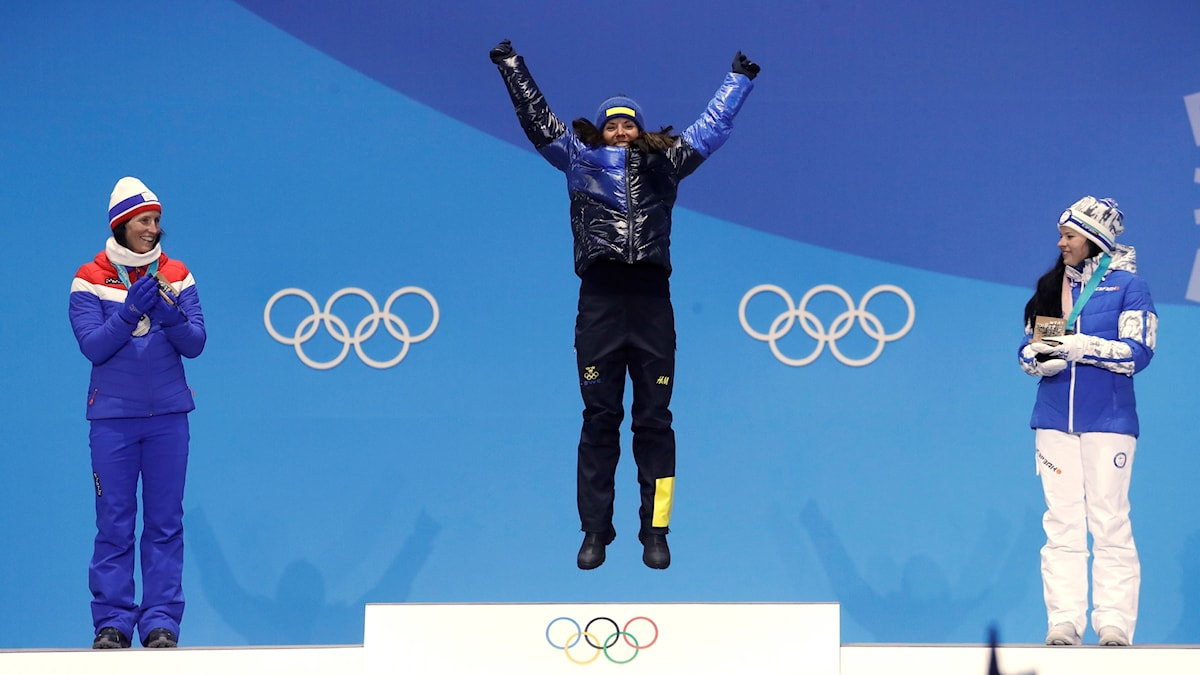 Charlotte Kalla på prispallen i OS. Foto: Morry Gash/AP/TT